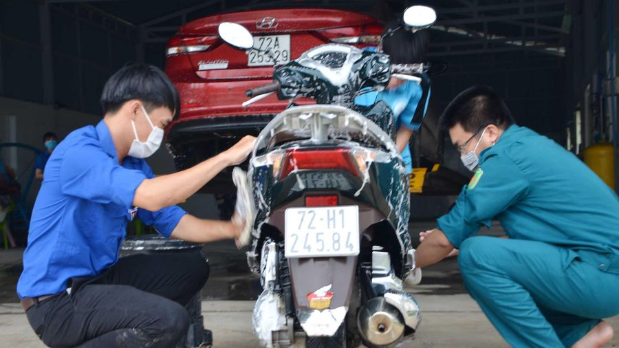 Rửa xe gây quỹ giúp học sinh nghèo