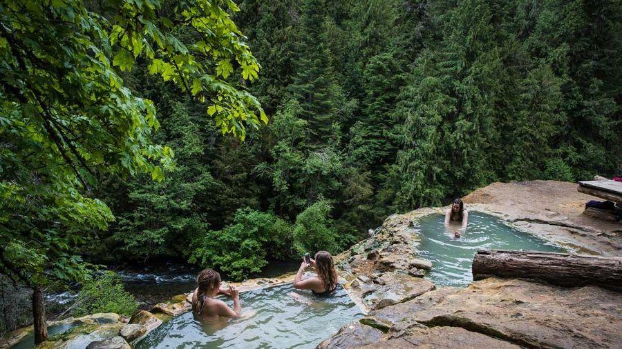 Suối nước nóng màu xanh ngọc lam tự nhiên ở Mỹ