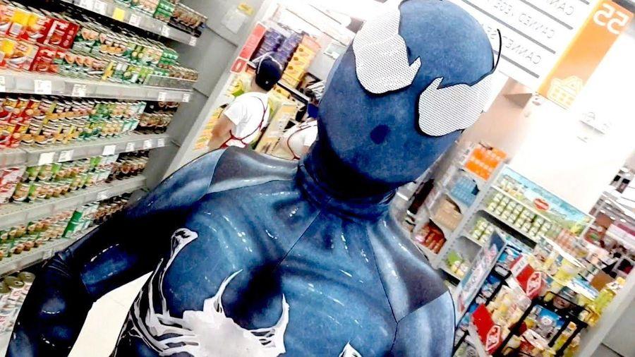 Người đàn ông Philippines mặc trang phục Venom đi siêu thị