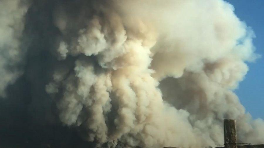 Cột khói khổng lồ bốc lên từ hồ nước ở Mỹ