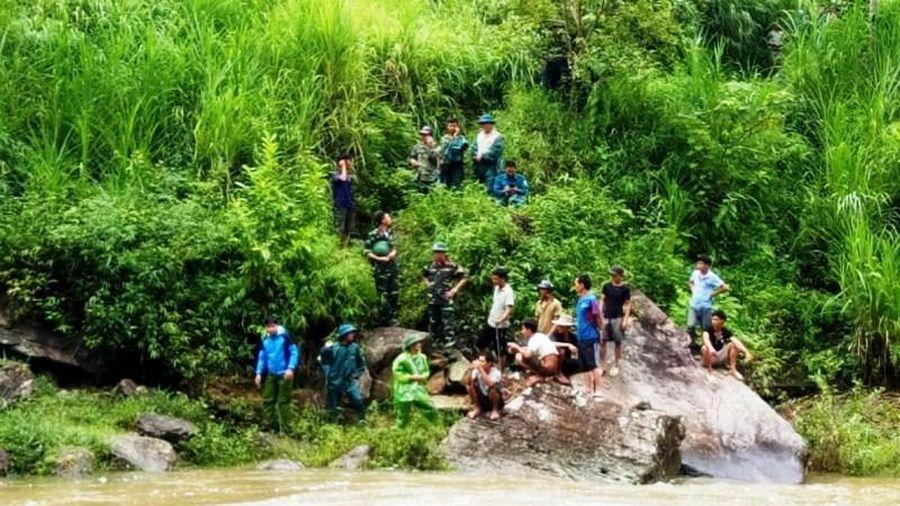 Hơn 100 người tìm kiếm nạn nhân bị lũ cuốn mất tích