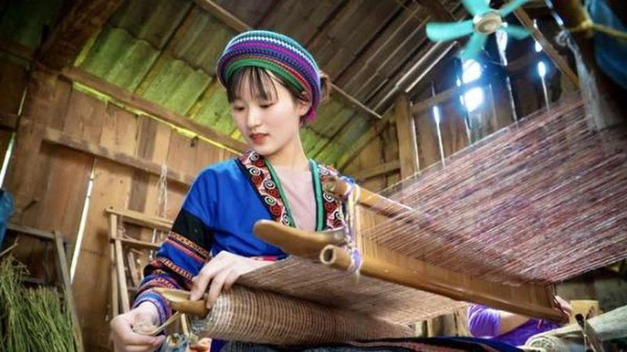 Lộ danh tính thiếu nữ dân tộc H'Mông nổi tiếng khắp MXH khi ngồi dệt