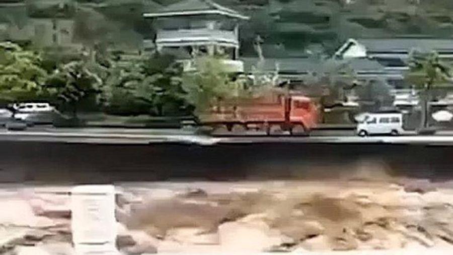 Giật mình xem lũ cuốn phăng xe tải ở Trung Quốc