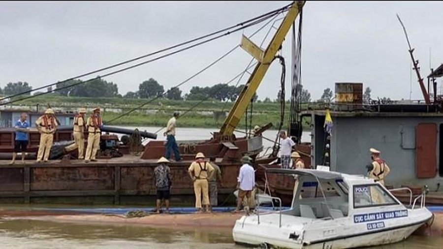 Trục vớt tàu bị chìm trên sông Đuống