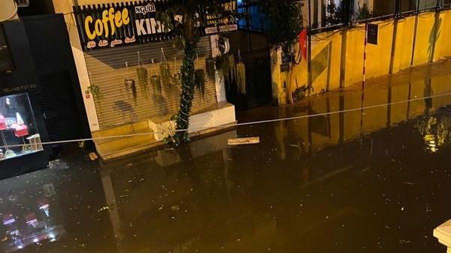 Nỗi lo ngập úng do bục bệ vỉa hè 'đè' rãnh thoát nước ở Hà Nội