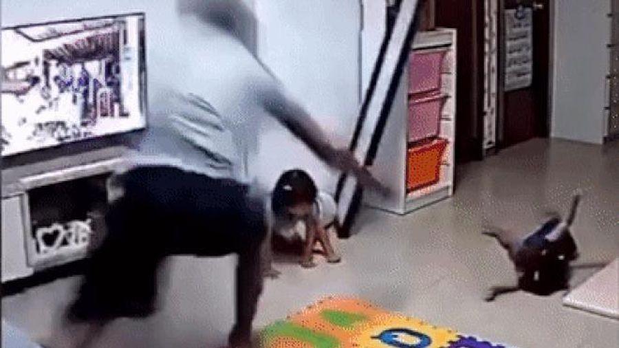 Người cha lao đến cứu con gái khỏi bị gương đè trong nháy mắt
