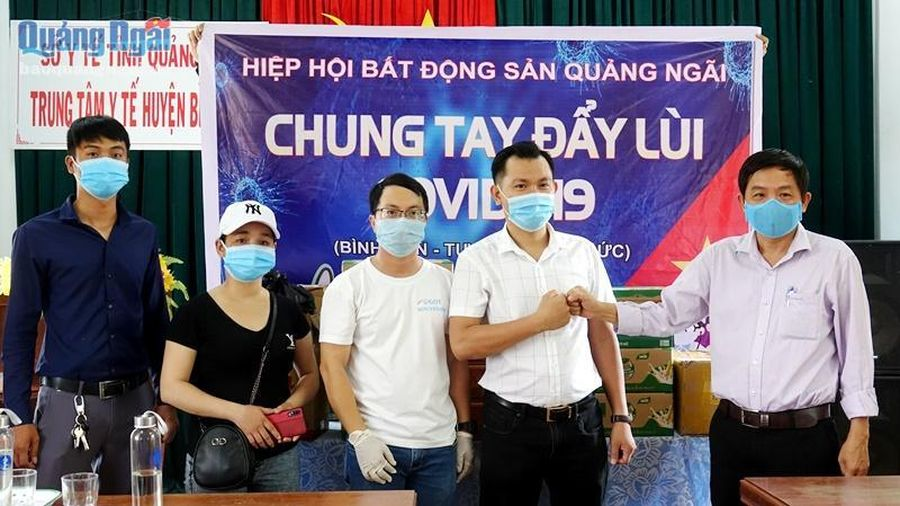 Hiệp hội Bất động sản tỉnh Quảng Ngãi tặng quà tại các khu cách ly