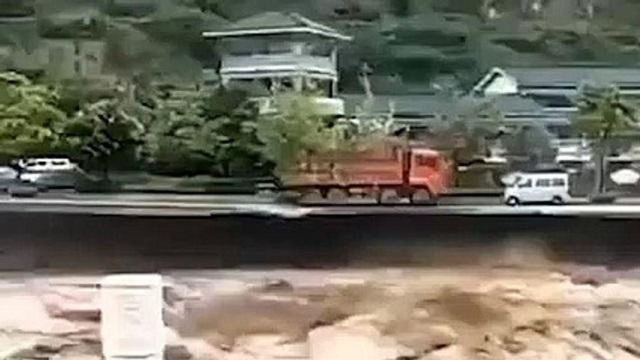 Clip: Hãi hùng dòng nước lũ chảy xiết 'nuốt chửng' xe tải