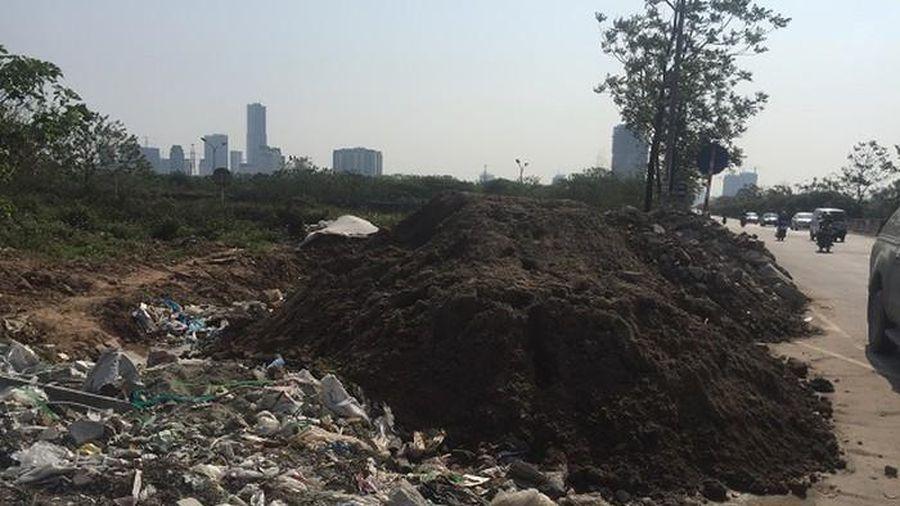 Chân cầu vượt thành nơi đổ phế thải xây dựng