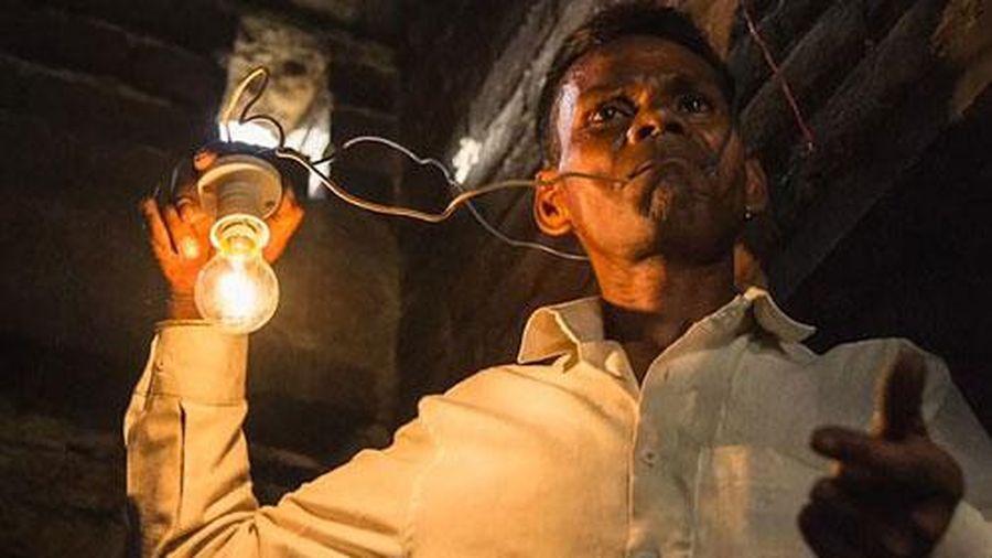 Chuyện lạ: Người đàn ông cứ đói là ăn điện thay cơm