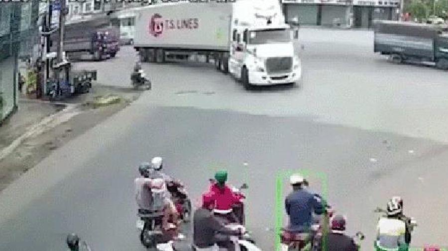Clip: Nam thanh niên phóng xe máy tạt đầu container giữa ngã tư, bị bánh xe cán trúng kinh hoàng khiến nhiều người sợ hãi