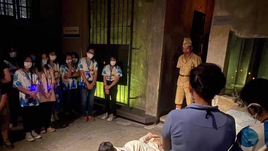 Tour tham quan đêm Nhà tù Hỏa Lò đắt khách