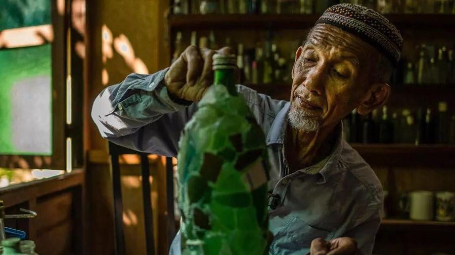Cụ ông nhặt chai thủy tinh trên biển suốt 15 năm