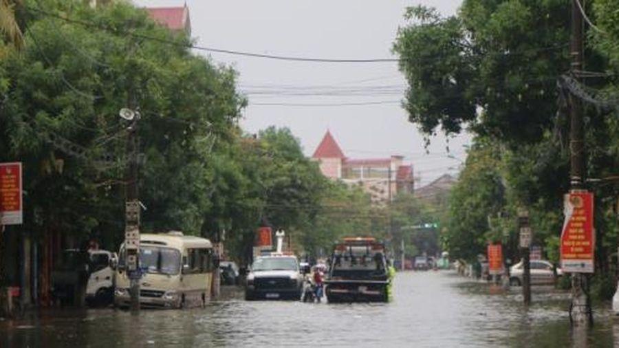 3 giờ mưa xối xả, nhiều tuyến đường TP Hà Tĩnh tê liệt