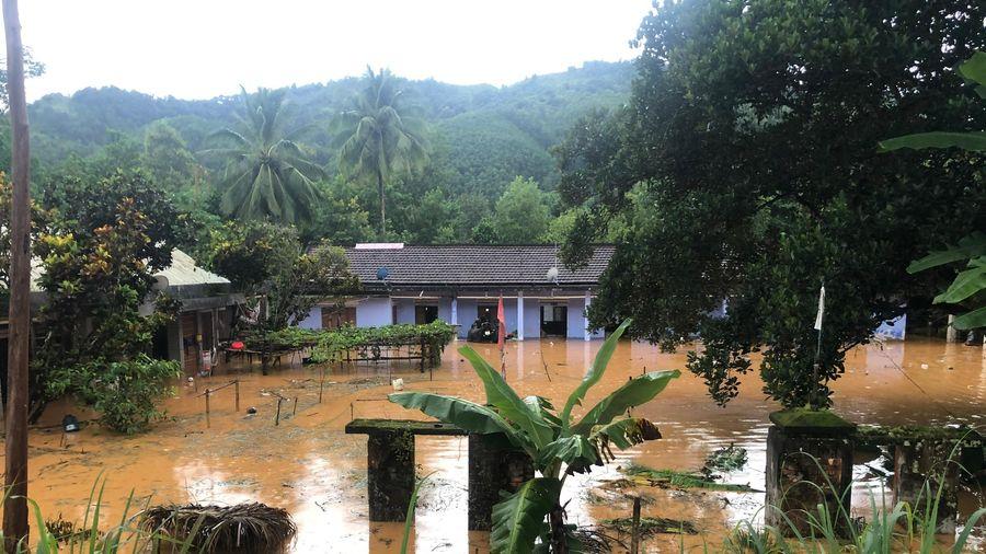 Quảng Nam : Mưa lớn, lũ lên nhanh gây chia cắt, sạt lở nhiều tuyến đường vùng miền núi