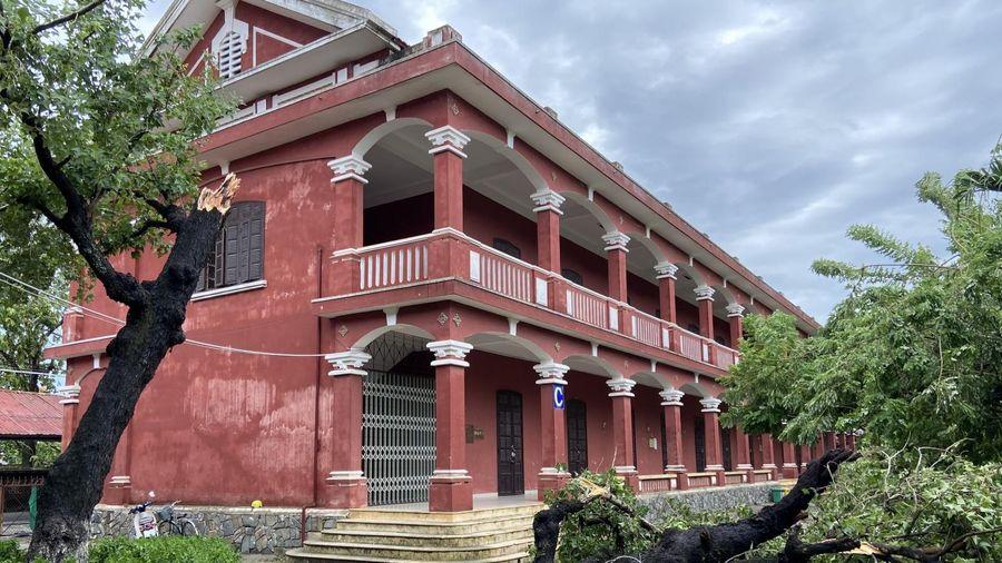Thừa Thiên Huế: Nhiều trường học bị tốc mái và cây cối gãy đổ