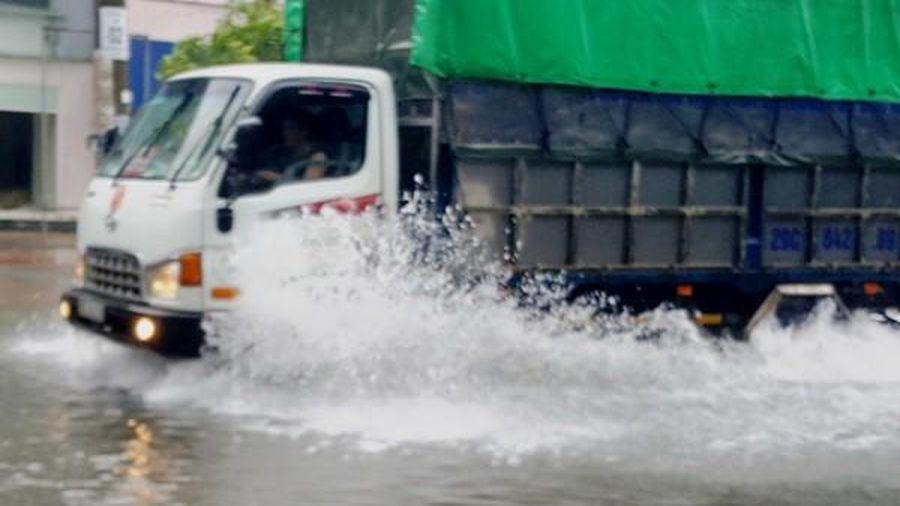 Nhiều tuyến phố Hà Tĩnh chìm trong nước do 'mưa rong bão'