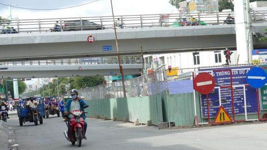 TPHCM: Người dân kêu trời vì 'lô cốt' nằm ngổn ngang trên đường