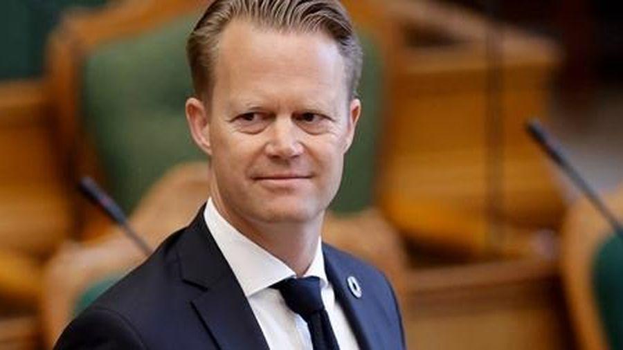 Ngoại trưởng Đan Mạch 'hối tiếc' vì quan hệ bất chính với cô gái 15 tuổi