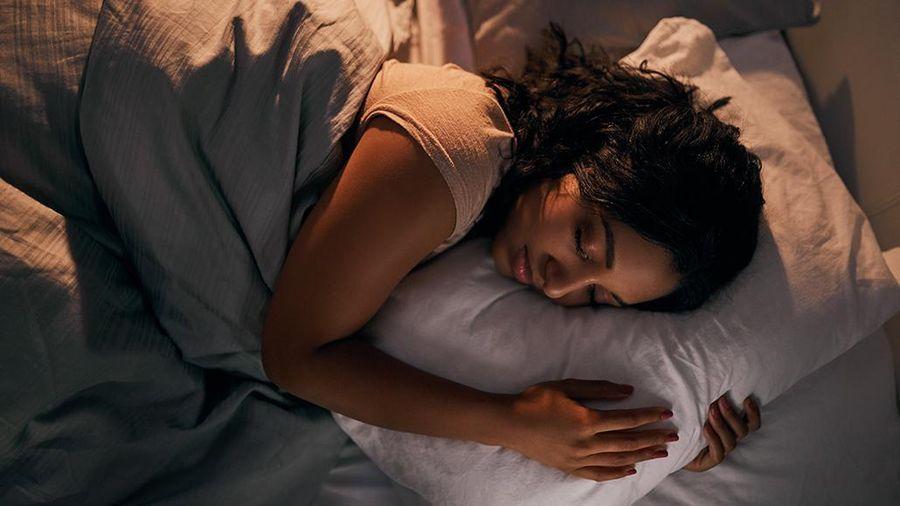 Lợi ích gây sửng sốt của thói quen bật điều hòa đắp chăn ngủ