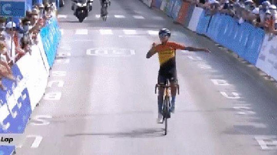 VĐV xe đạp nhầm lẫn, ăn mừng khi cuộc đua vẫn còn một vòng