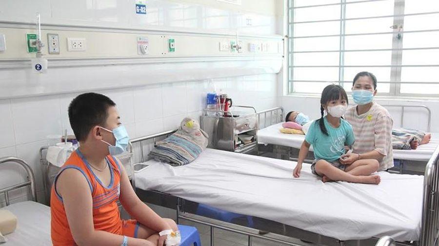 Nhiều gia đình cả nhà cùng mắc sốt xuất huyết, cảnh báo nguy cơ dịch chồng dịch