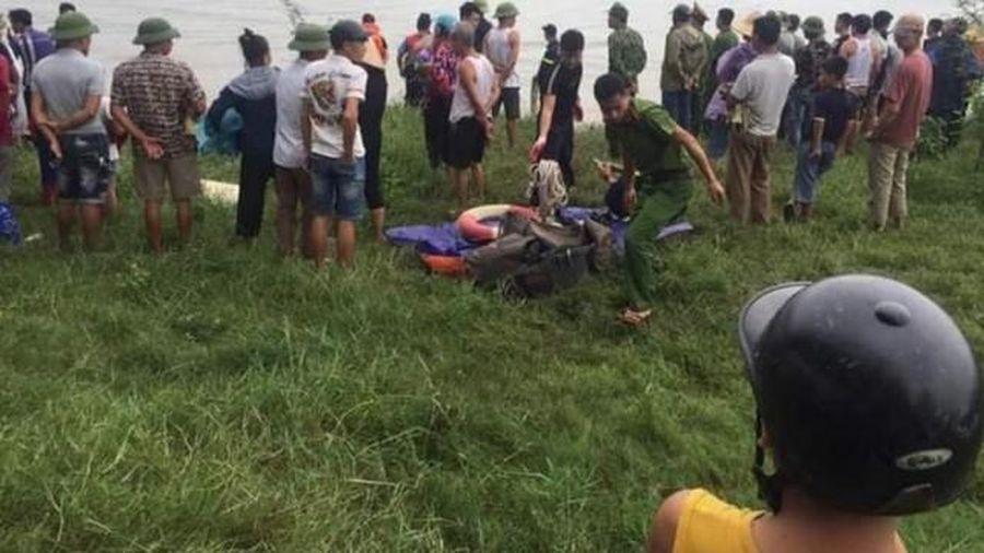 Lái xe tải nhảy sông cứu cô gái, cả hai cùng bị đuối nước