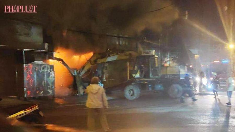 Cháy quán cơm lúc rạng sáng, huy động cả xe múc dập lửa