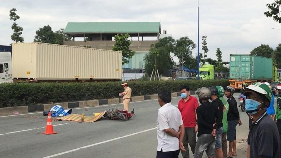 Hai thanh niên tại Bình Dương chết thảm dưới xe container