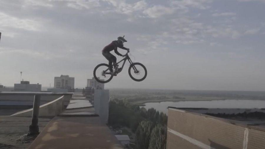 Chàng trai nhảy xe đạp giữa 2 tòa nhà 10 tầng
