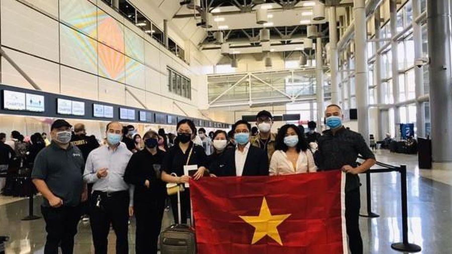 Hơn 340 người Việt từ Mỹ về nước