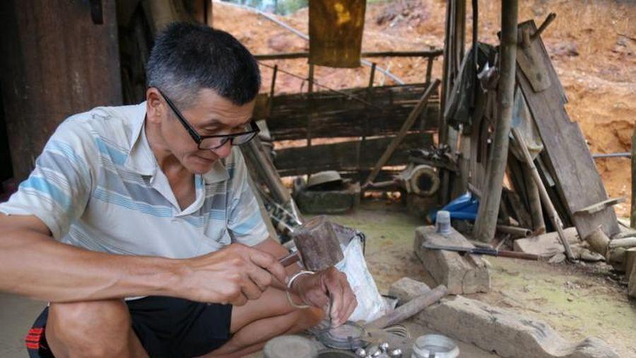 Lưu giữ nghề chạm bạc của người Dao Tiền