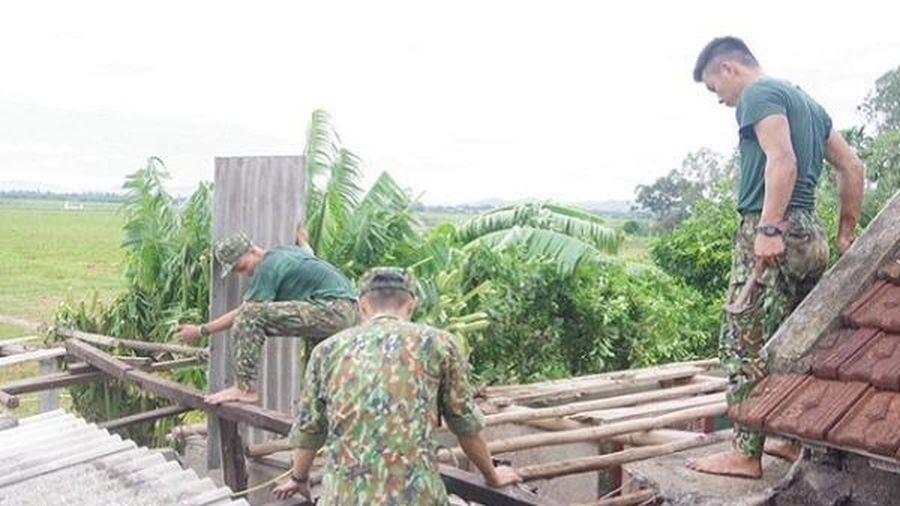 Hàng trăm cán bộ chiến sĩ hỗ trợ người dân Thừa Thiên Huế khắc phục hậu quả bão số 5
