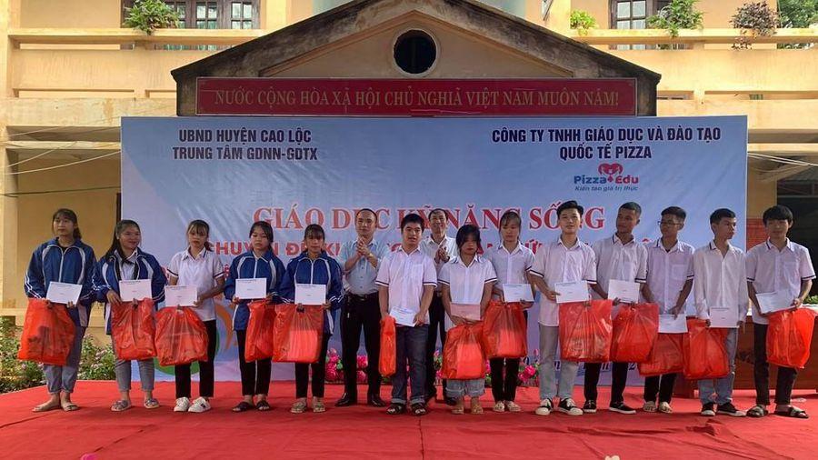 Tiếp sức học trò nghèo Lạng Sơn đến trường