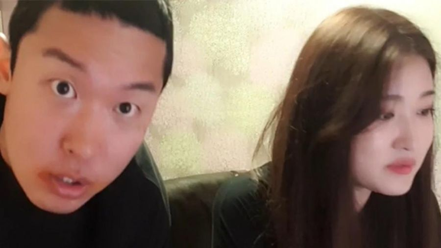 Streamer nổi tiếng bị dư luận chỉ trích gay gắt vì cố cưỡng hôn em gái để kiếm tiền