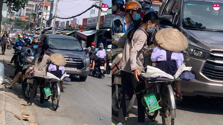 Bé gái được mẹ chở đi học trên chiếc xe đạp cũ dùng để mưu sinh, nụ cười quên cả khó khăn của 2 mẹ con gây xúc động