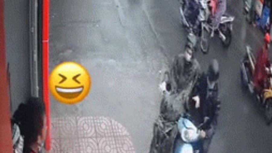 Xảy ra va chạm giao thông dưới trời mưa lớn, 2 nam thanh niên có màn ứng xử khiến nhiều người thích thú