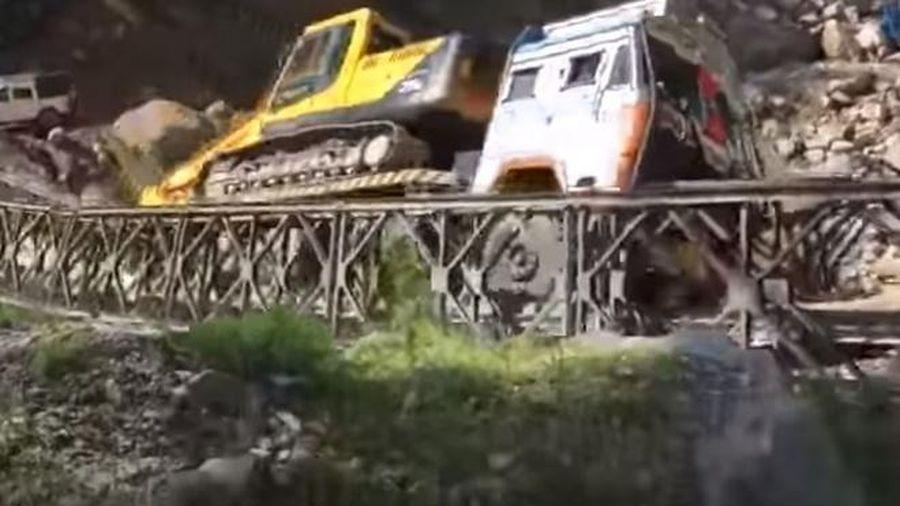 Camera giao thông: Cầu dài hơn 12m bất ngờ bị sập khi xe tải băng qua