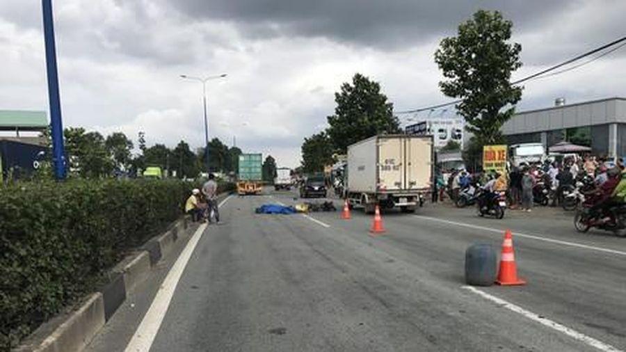 2 công nhân tử vong thương tâm sau cú va chạm xe máy và xe container