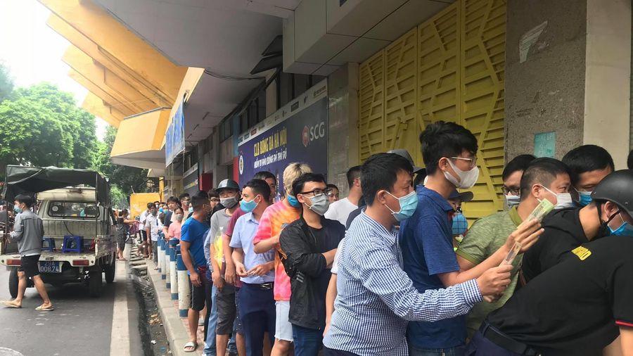 CĐV chen nhau mua vé xem Quang Hải, Bùi Tiến Dũng đá chung kết Cúp Quốc gia