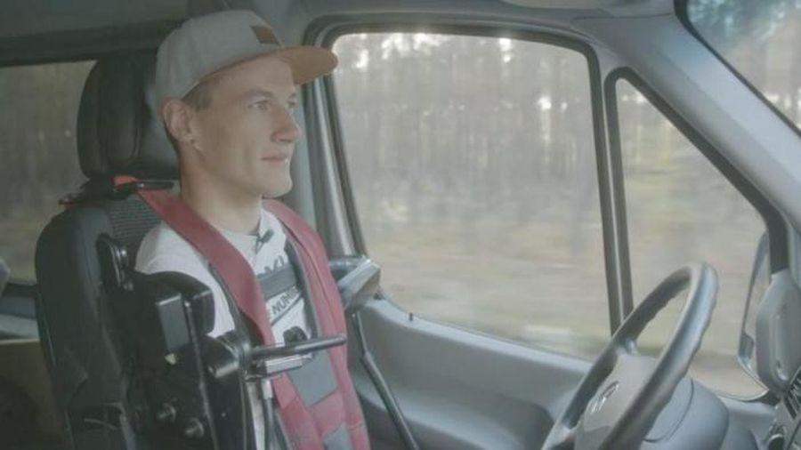 Chàng trai mất cả chân lẫn tay vẫn có thể điều khiển ôtô