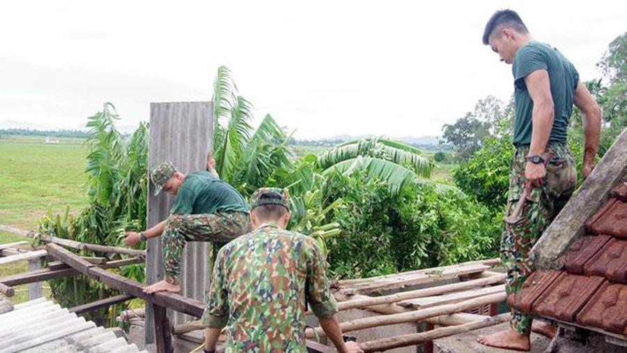 Bộ đội giúp dân vùng tâm bão