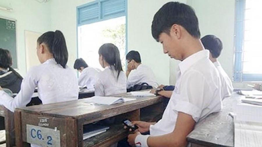 Khó giám sát học sinh sử dụng điện thoại trong trường