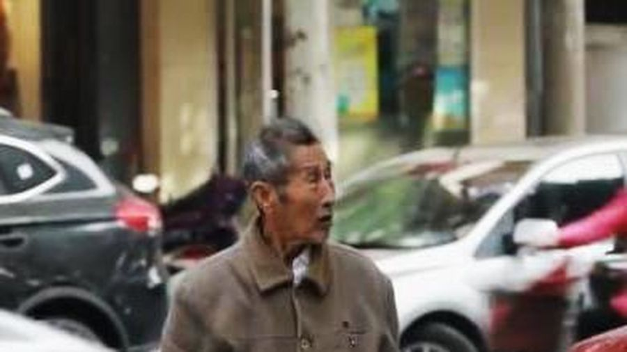 Cụ ông 85 tuổi ròng rã đi tìm vợ và câu chuyện cảm động phía sau
