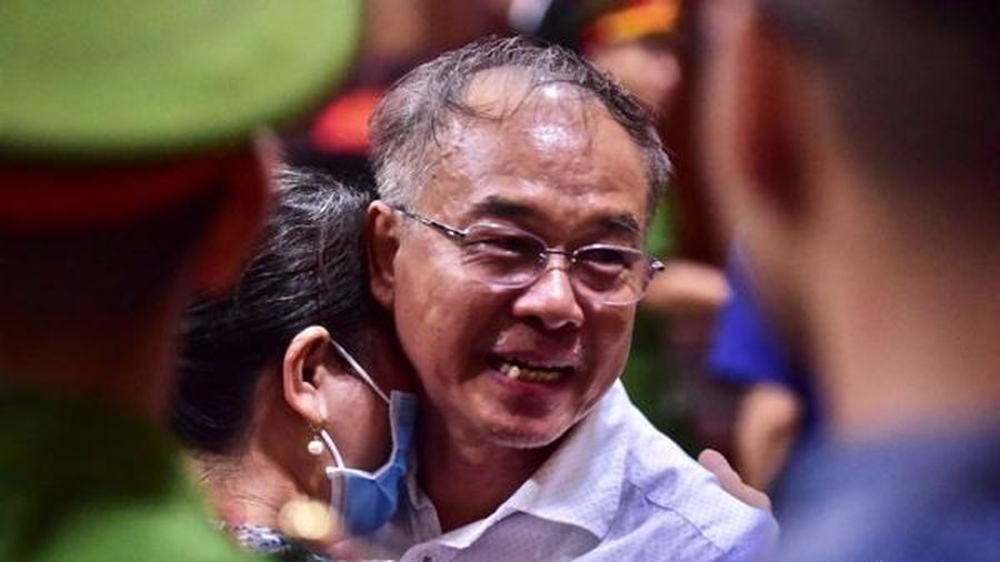 Ông Nguyễn Thành Tài nhận 8 năm tù và những cái ôm người thân tại tòa