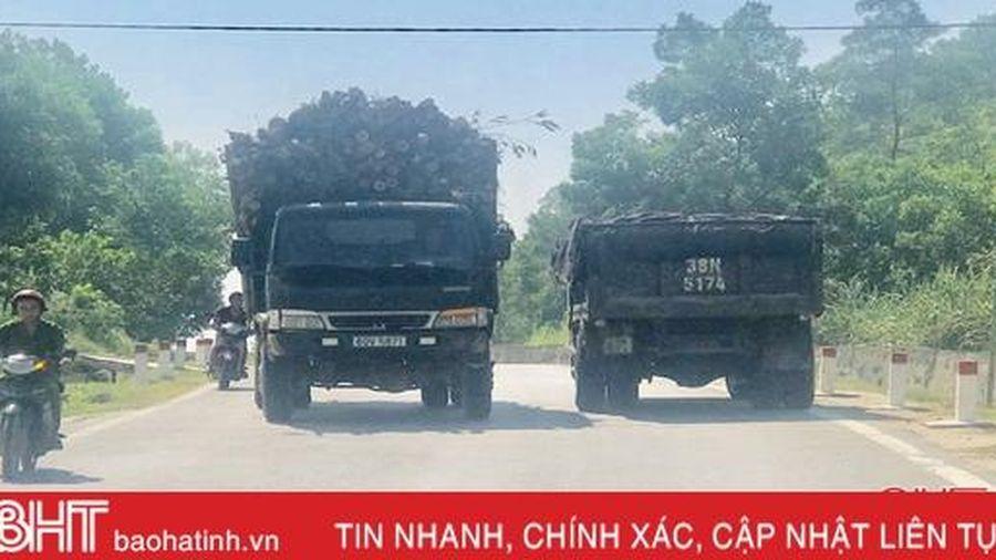 Xe chở gỗ keo cồng kềnh 'uy hiếp' người đi đường ở huyện miền núi Hà Tĩnh