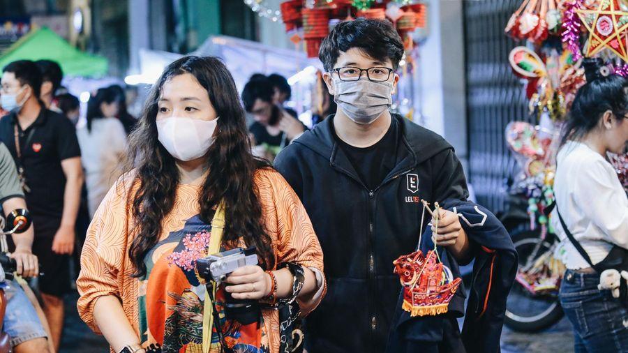 Người Sài Gòn đeo khẩu trang, đón Trung thu sớm trên phố lồng đèn