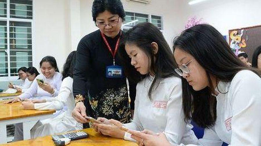 Học sinh sử dụng điện thoại trong lớp học: Có phải 'thả gà ra để đuổi'?