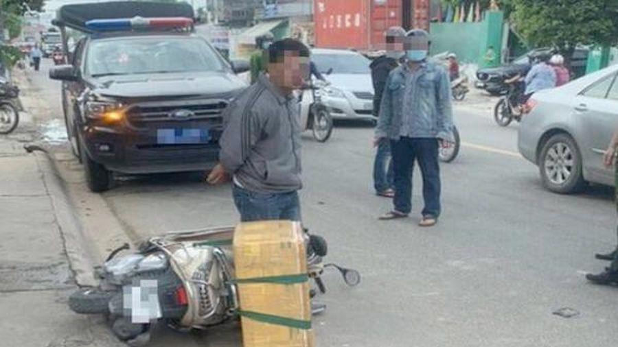1 người đàn ông chở rắn hổ mang chúa nặng 20kg đi bán