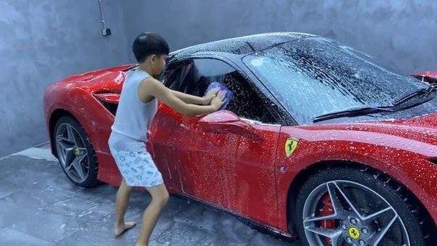 Mới 10 tuổi quý tử nhà Cường Đô la đã biết phụ bố rửa siêu xe